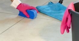 verschmutzte Fliesen schrubben